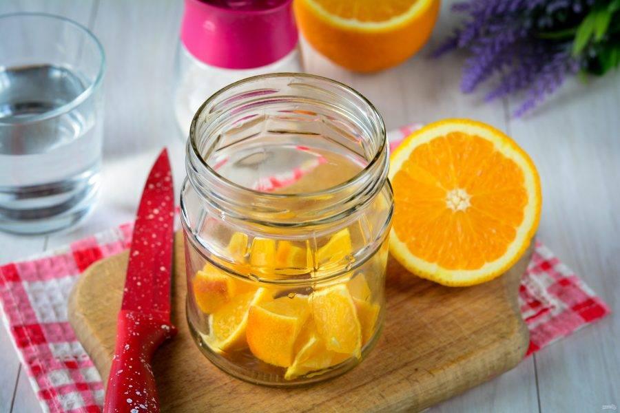 Выложите апельсины в стерилизованную банку.