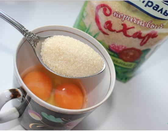 1. Взобьем яйца с солью и сахаром. Туда же - подогретое топленое молоко. Перемешаем тщательно и понемногу всыпаем муку. Перемешаем, пока не останется комочков. Дальше - растительное масло. Тщательно перемешаем.