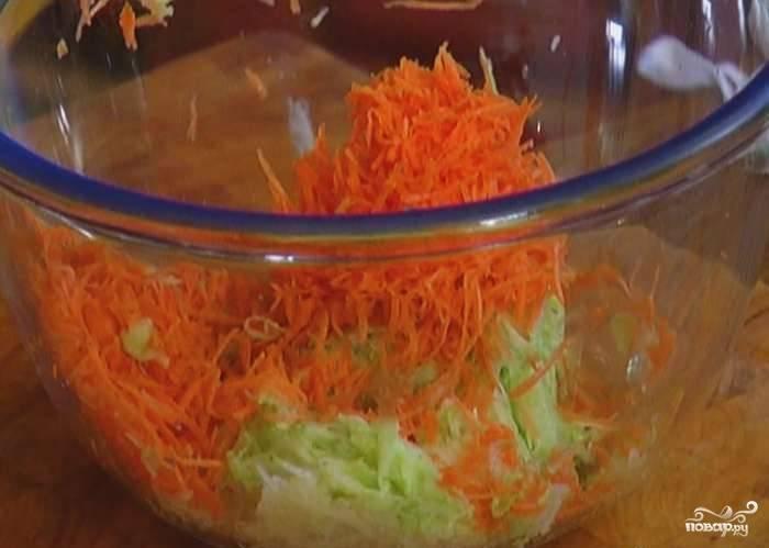 Кабачок помойте и также натрите. Морковь почистите, помойте и натрите на тёрке среднего размера.