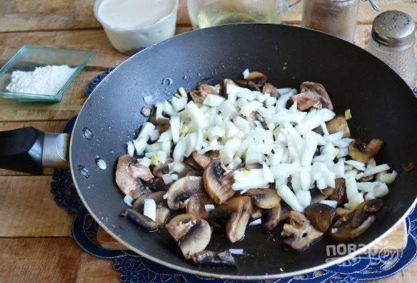 13. К грибам добавьте мелко нарезанный лук, продолжая обжаривать.
