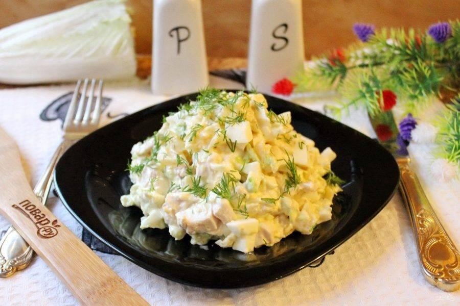 Салат с пекинской капустой, курицей и ананасом готов. Подавайте на закуску.