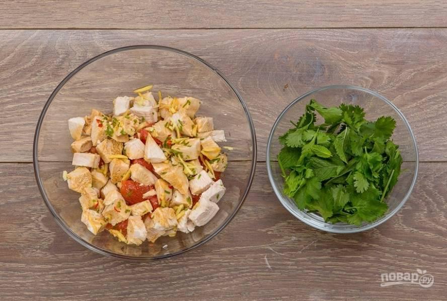 Не забудьте также и про мяту с кинзой. Нарезать из необязательно. Но если крупная зелень в блюдах вам не нравится, можете это сделать. Всё ещё раз перемешайте — и готово!