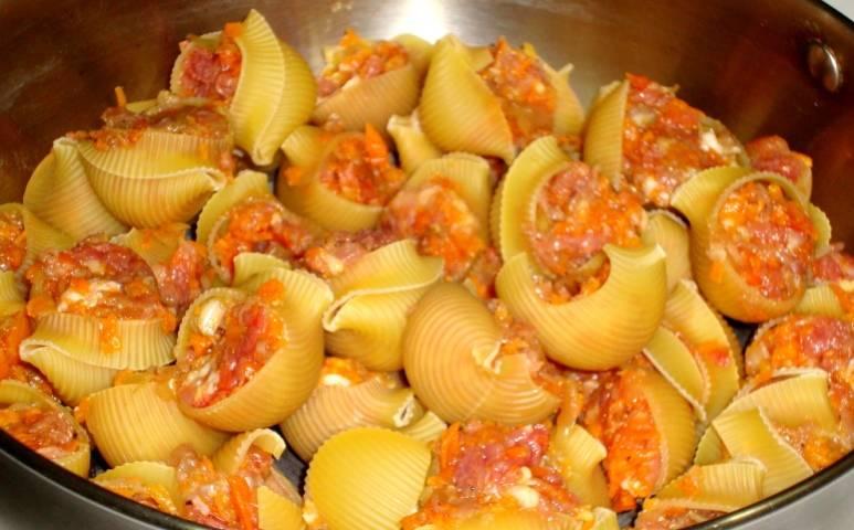 Ракушки или каннелони фаршируем мясом и укладываем их на дно глубокой сковородки (желательно в сотейник).