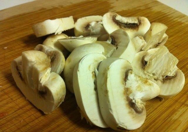 4. Грибы (а в рецепт приготовления жареных грибов с помидорами можно использовать любые по вкусу грибочки) вымыть, обсушить и нарезать не очень толстыми ломтиками.