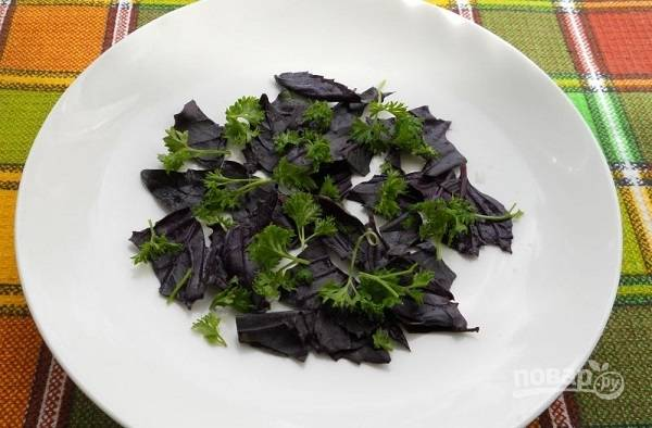 2. На дно тарелки для подачи выложите измельченную, предварительно вымытую и обсушенную, зелень: базилик и петрушку. Также можно использовать микс-салат, например.