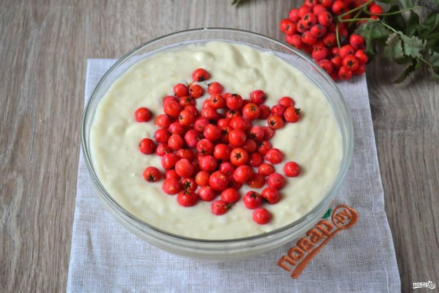 К готовому тесту добавьте рябину, перемешайте, чтобы ягодки распределились по всему тесту.
