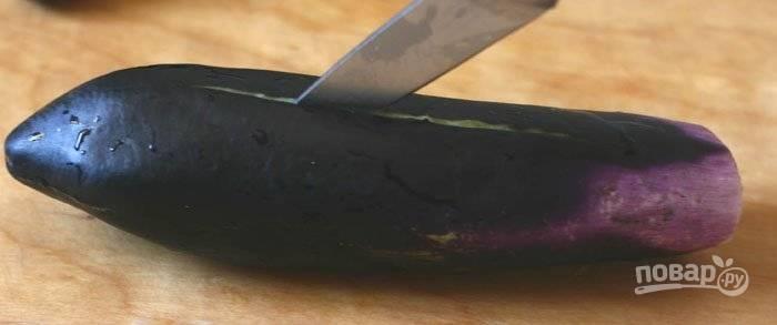 1.Баклажаны использую небольшие. Промываю овощи, срезаю у них плодоножку. По длине делаю глубокий надрез, но не прорезаю овощ до конца.