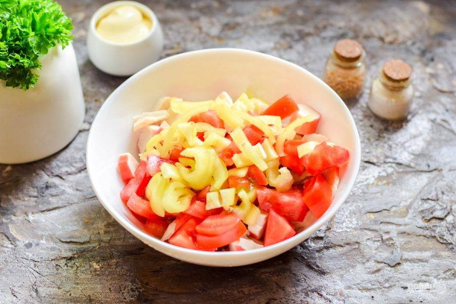 Выложите подготовленные ингредиенты в салатник, добавьте нарезанный полосками сладкий перец.