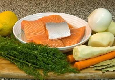 1. Нам понадобится большая 4- или 5-литровая кастрюля. Налейте в нее 3 л холодной воды. Приготовьте все овощи и рыбу. Рыбу почистите и промойте. Овощи почистите и промойте. Если используете мелкую рыбку, ее можно зашить в марлю.