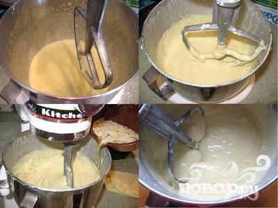 2.Взбивайте 4 яйца с 1 стаканом сахарной пудры, пока смесь немного не загустеет. Добавьте муку и дрожжевую смесь и взбивайте до однородности. Постепенно добавьте топленое масло и продолжайте взбивать приблизительно 10 минут. Накройте тесто и дайте ему подняться.