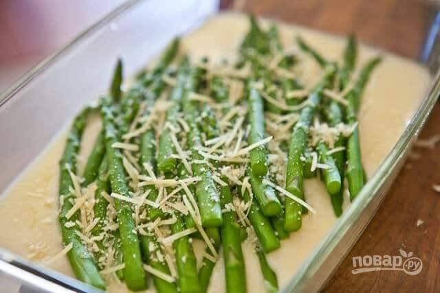 6. Выложите спаржу в жаропрочную форму, залейте соусом и отправьте в разогретую до 200 градусов духовку минут на 6-8.  Перед подачей присыпьте тертым сыром и зеленью.  Приятного аппетита!