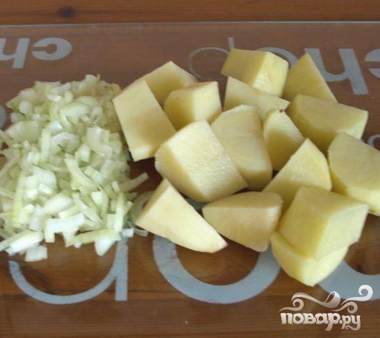 1.Почистить картофель и нарезать большими кубиками. Почистить лук и мелко нарезать.