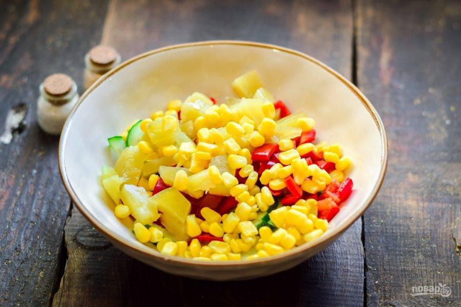 Следом добавьте нарезанные ананасы и кукурузу.