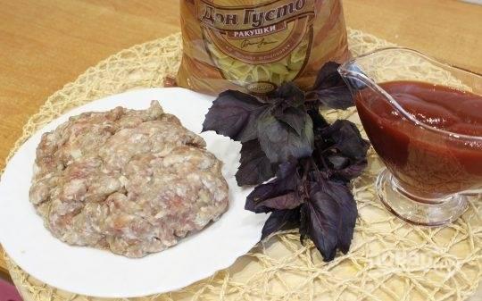 1. Для этого блюда я брала уже готовый фарш, макароны (берите любые по вкусу), томатный соус (можно домашний морс), базилик (синий) и специи.