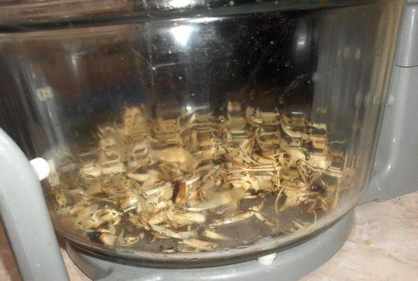 2. Пока мясо маринуется (подождите хотя бы 20-30 минут), насыпаем на дно аэрогриля стружку, чуть смочим ее водой и жидким дымом.