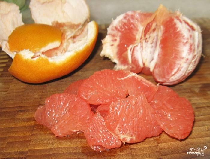 Грейпфрут очистить и осторожно разделить на дольки. С каждой снять пленку — очень аккуратно, чтобы не развалились!