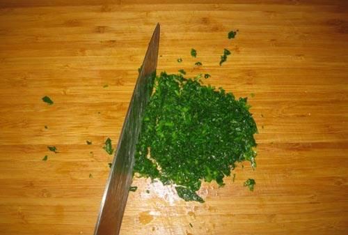 После того, как петрушка остыла измельчаем ее ножом