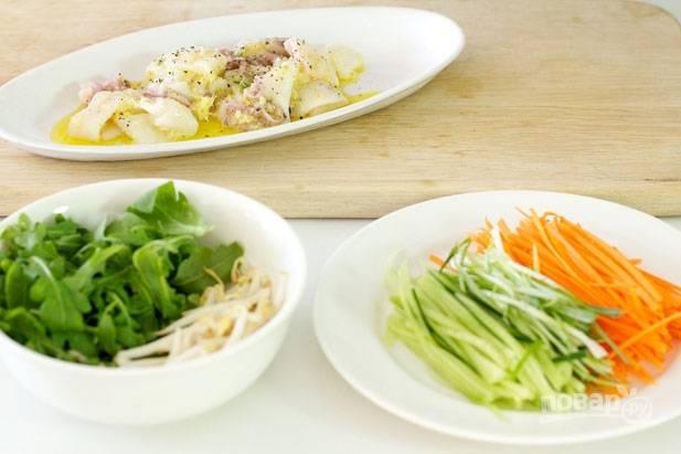 3.Во время маринования подготавливаю овощи: мою рукколу и бобовые ростки. Мою морковь, огурец и зеленый лук, нарезаю овощи мелкой соломкой.