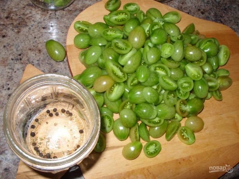 2.Если томаты большие, разрежьте каждый на 6-8 частей, а если используете черри, хватит нарезать их пополам. Разделите специи (горчица, сельдерей, перцы, лавровый лист) между 7 банками (каждая по 0,5 литра).