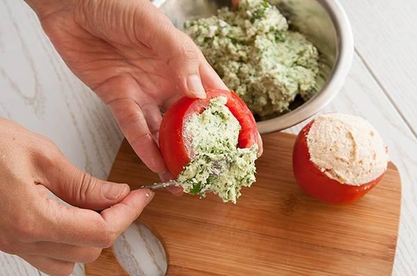 6. Наполняем каждый помидор начинкой и выкладываем их на блюдо.