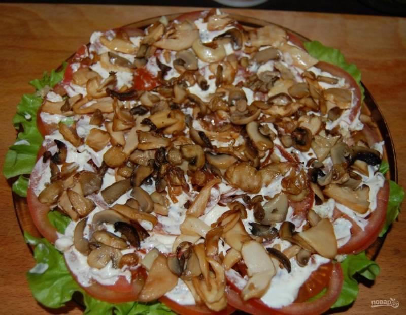6.Смазываю помидоры тонким слоем майонеза, выкладываю обжаренные грибы, которые предварительно откинул на салфетку, чтобы ушел жир.