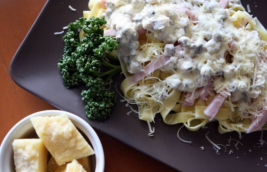 Поливаем макароны соусом, сбрызгиваем тертым сыром. Вот наше фетучини с грибами и ветчиной готово! Приятного аппетита!