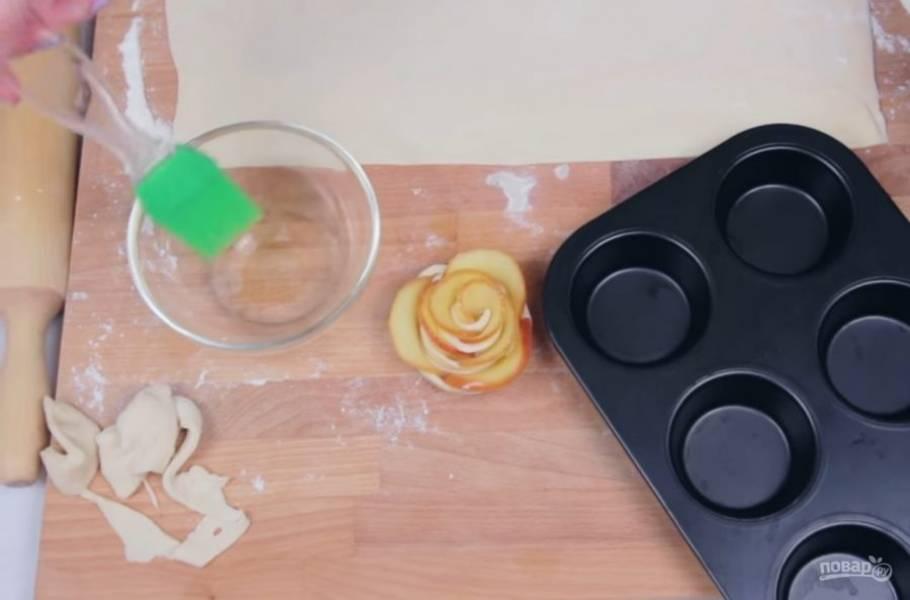 4.  Скрепите края теста. Поместите розы в формы для кексов, смазанные растительным маслом. Выпекайте в разогретой до 200 градусов духовке примерно 30 минут.