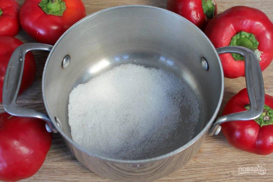 Соль и сахар высыпаем в кастрюлю.