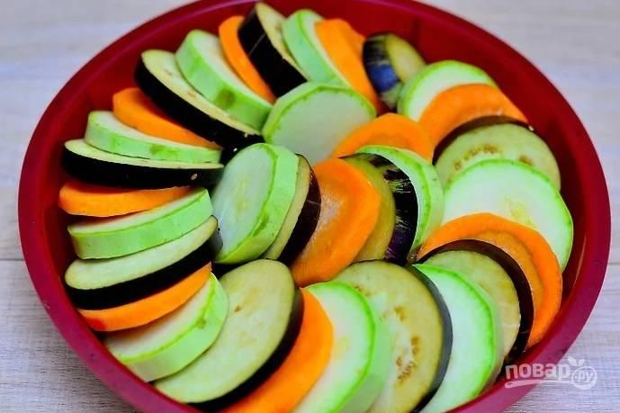 8. Очистите кабачок, баклажан и морковь. Нарежьте кружочками и выложите в форму, чередуя.