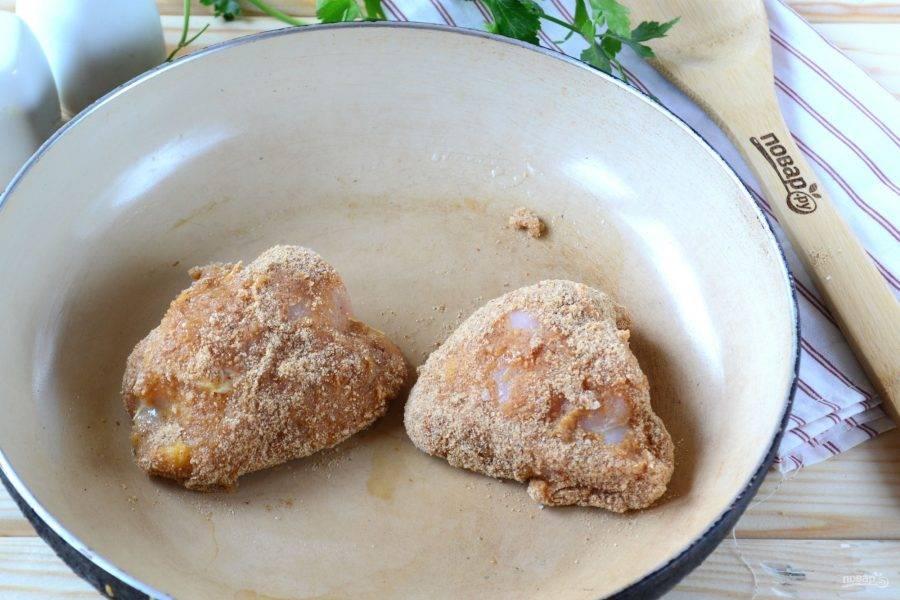 Выложите курицу на сковороду, жарьте с двух сторон в растительном масле до образования хрустящей корочки.