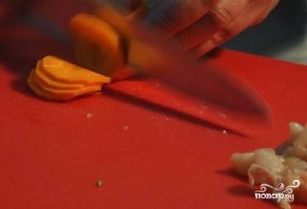 Морковь чистим и нарезаем соломкой, колечками или трем на крупной терке, выбирайте, как вам нравится.