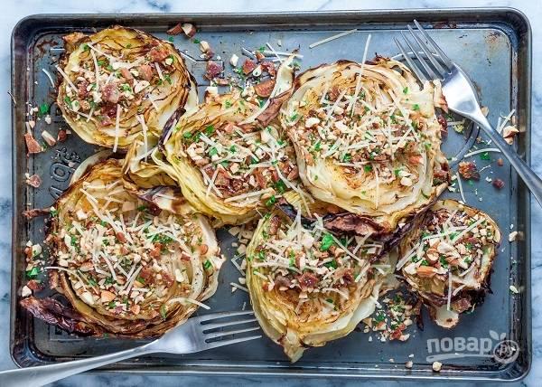 5. Присыпьте ею готовую капусту, по желанию добавьте еще немного тертого сыра и подавайте блюдо горячим к столу. Приятного аппетита!