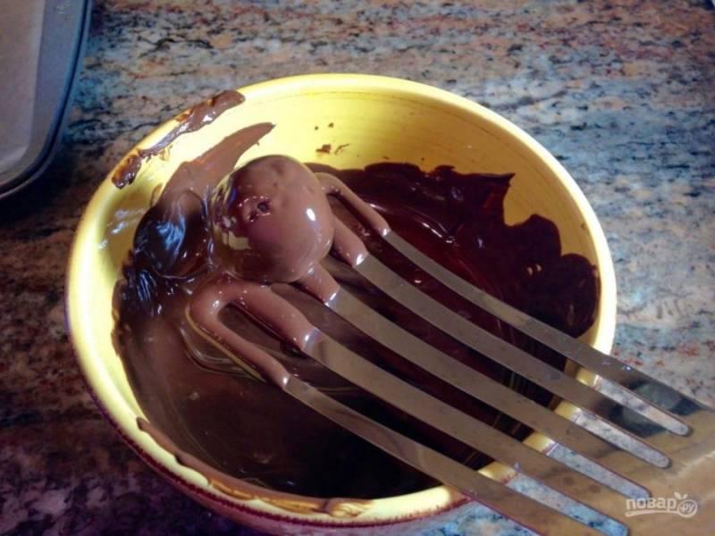 С помощью лопатки, окуните конфету в шоколад.