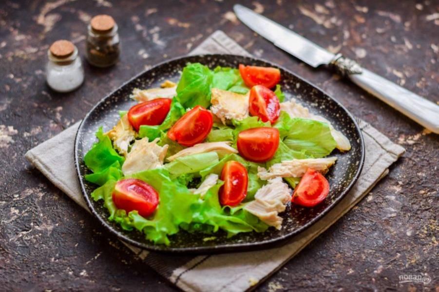 Помидоры нарежьте дольками или пополам. Добавьте томаты в салат.
