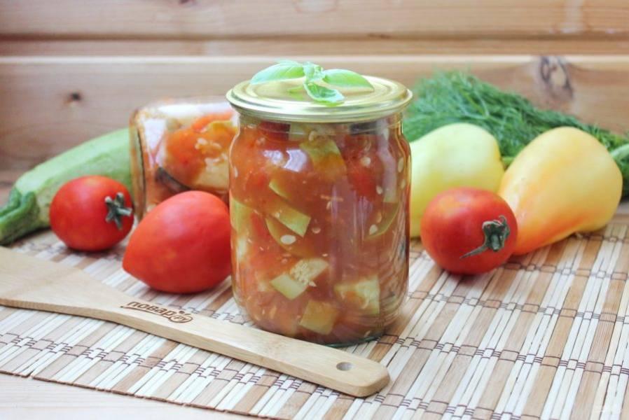 Горячий салат разлейте в стерилизованные банки и закатайте крышками, укутайте одеялом и держите так до полного остывания банок. Храните в прохладном помещении.