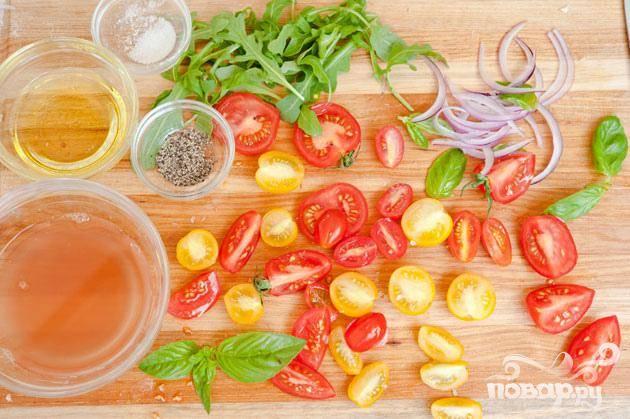 5. Нарезать помидоры Heirloom и черри на маленькие кусочки.
