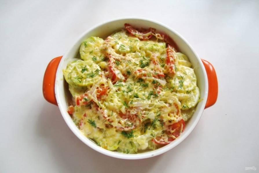 Готовое блюдо посыпьте измельченным укропом или петрушкой.