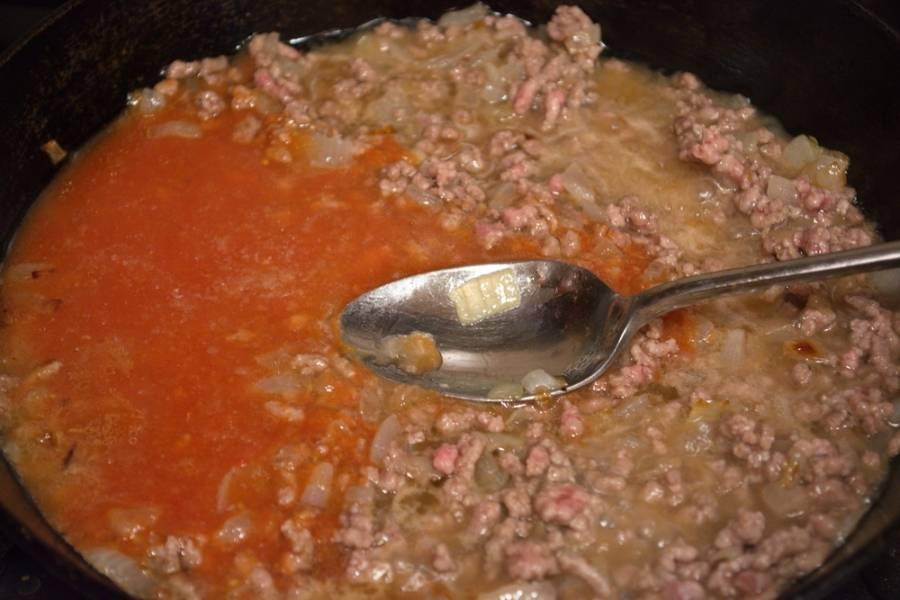 6. Добавьте томатный сок. Тушите еще 5-10 минут, пока сок не уварится. Добавьте специи, сахар.