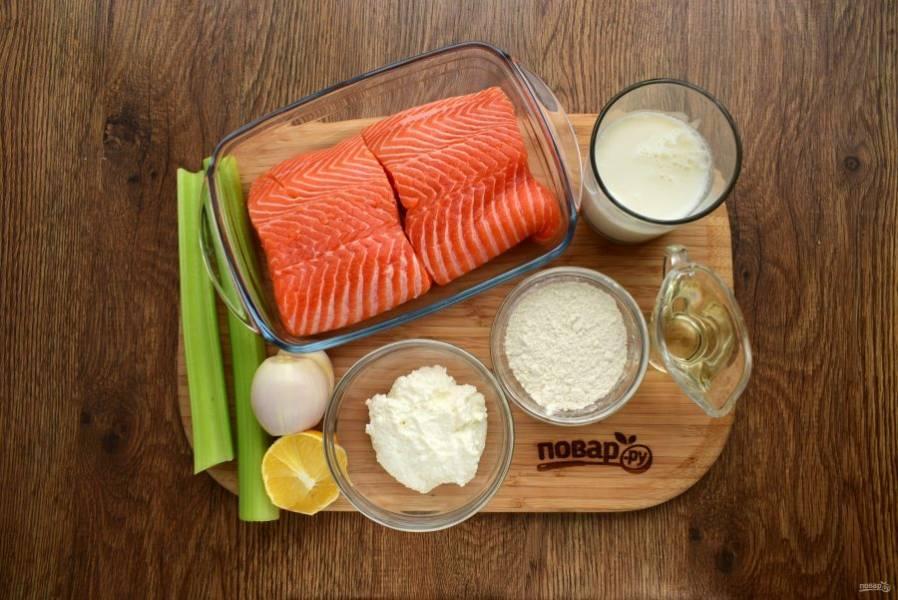 Подготовьте необходимые продукты. Филе разрежьте на равные части по 200 г. Овощи вымойте. Лук-шалот очистите, у сельдерея удалите плотную пленку.