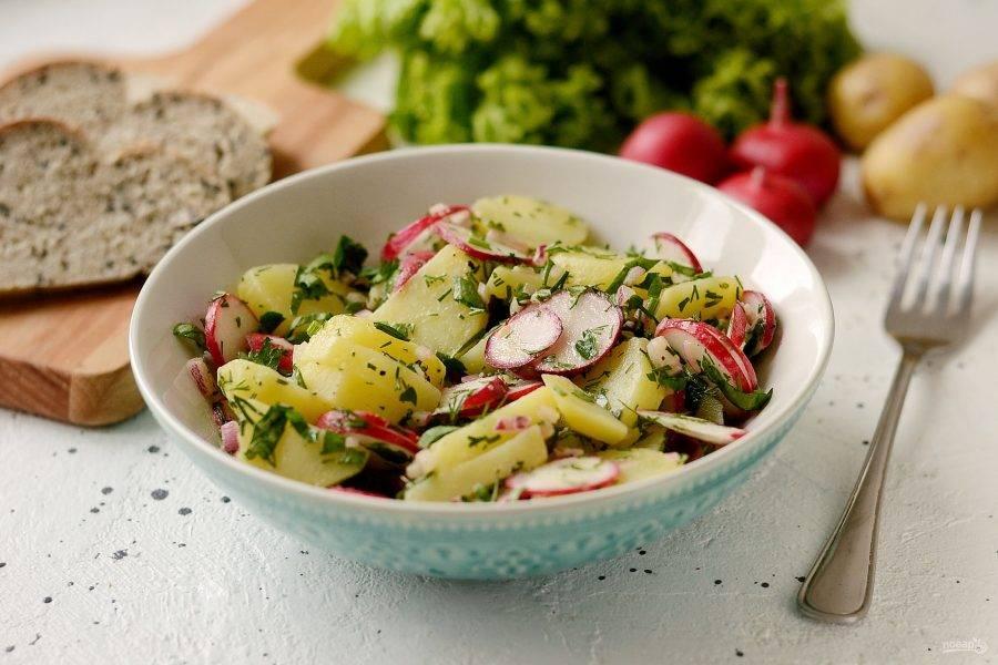Салат из молодого картофеля готов, приятного аппетита!
