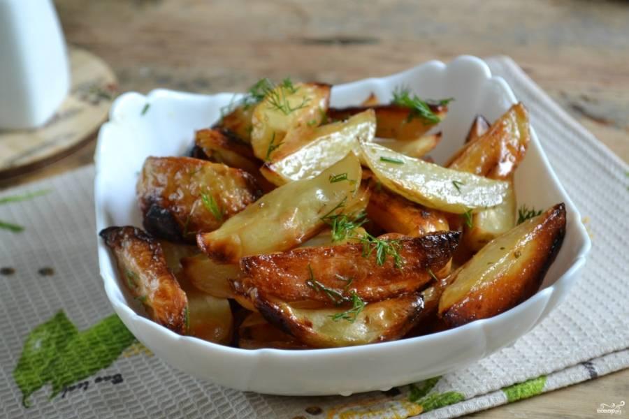Выложите картофель в миску, сверху украсьте его мелко порубленной зеленью. Картофель по-деревенски готов! Приятного аппетита!
