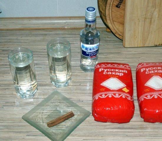 1. Главный компонент представленного варенья - это дыня и корица. Два ингредиента великолепно сочетаются между собой. Еще немаловажный компонент - это водка.