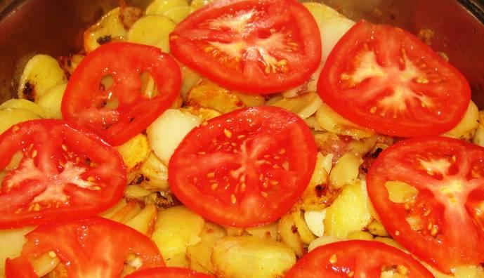 3. Поверх картошки выкладываем тонко порезанный помидор. А сверху выкладываем смесь из фарша и лука. Закрываем крышкой.