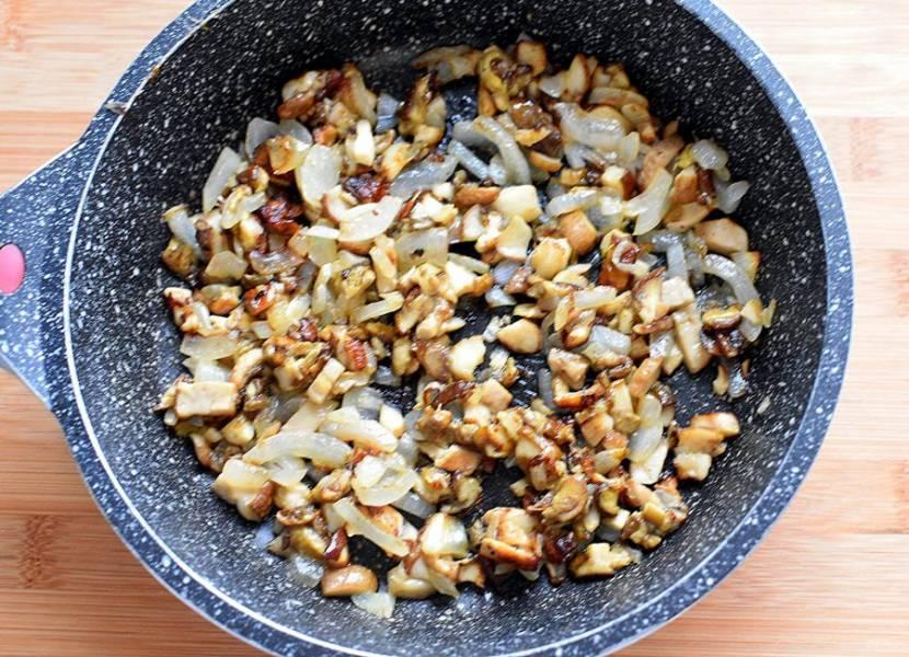 Поджарьте грибы с луком до позолоты на растительном масле, добавив немножечко топленого – это сделает котлеты ароматнее. Остудите.