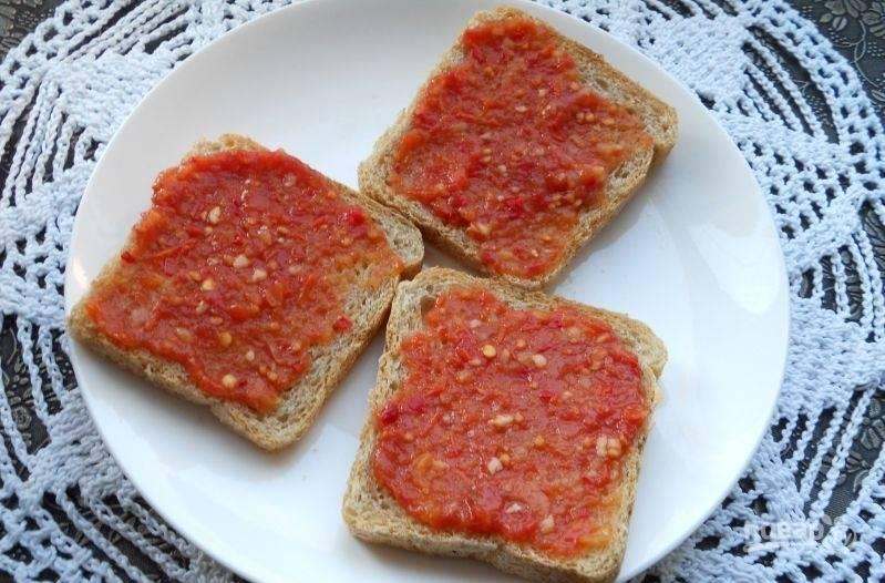 Хлеб смажьте томатным соусом.