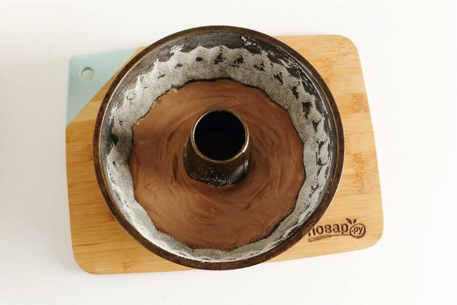 Переложите в смазанную маслом форму для запекания сначала шоколадное тесто.