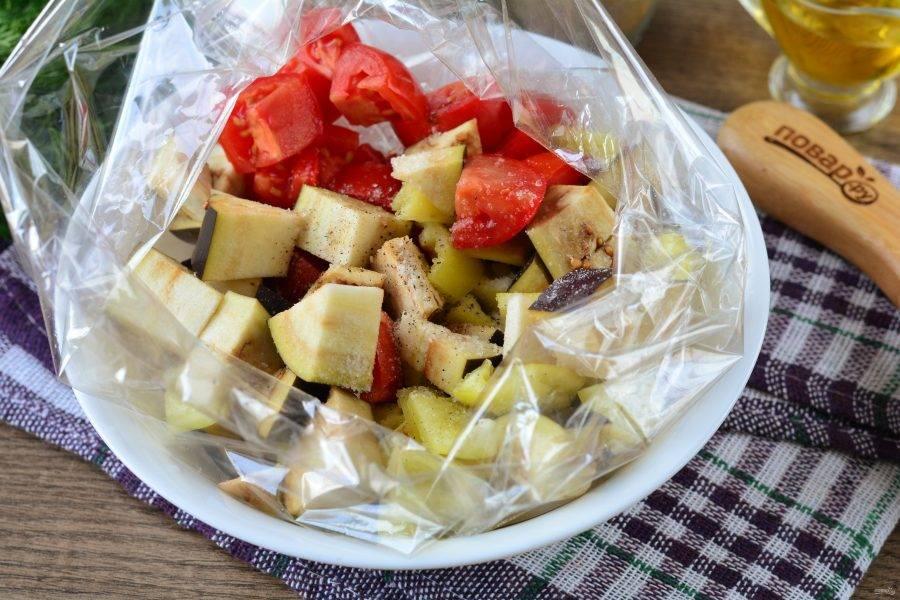 Все овощи сложите в пакет для запекания. Туда же всыпьте соль, сахар и черный молотый перец.