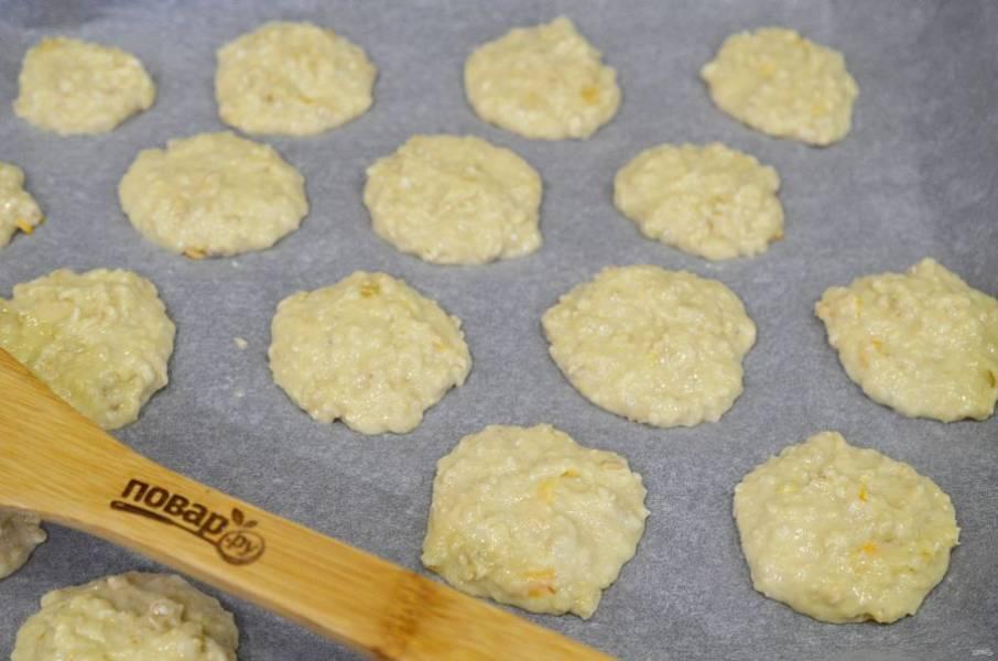 7. На противень, застеленный пергаментом, выложите ложкой печенье.