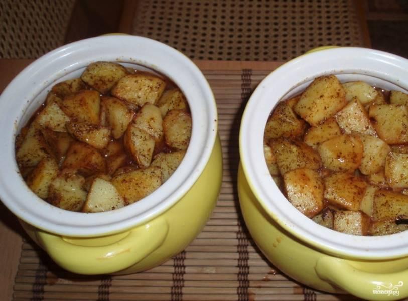 Затем необходимо почистить картофель и нарезать его на крупные кусочки (бруски или дольки). Кладем картофель на сковородку и обжариваем минут 7 на сильном огне до красивой золотистой корочки, обильно посыпав перцем. Затем мы перекладываем его в горшочки и поливаем соусом из разведенной водой томатной пасты. Горшочки закрываем и отправляем в разогретую до 200 градусов духовку на 40 минут.