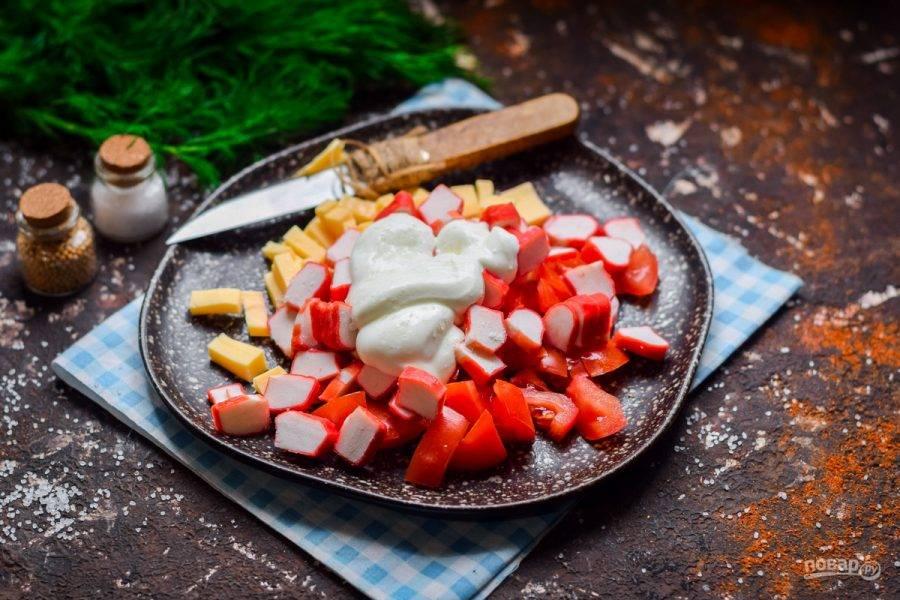 Заправьте салат майонезом, добавьте соль и молотый перец, перемешайте и подавайте к столу.